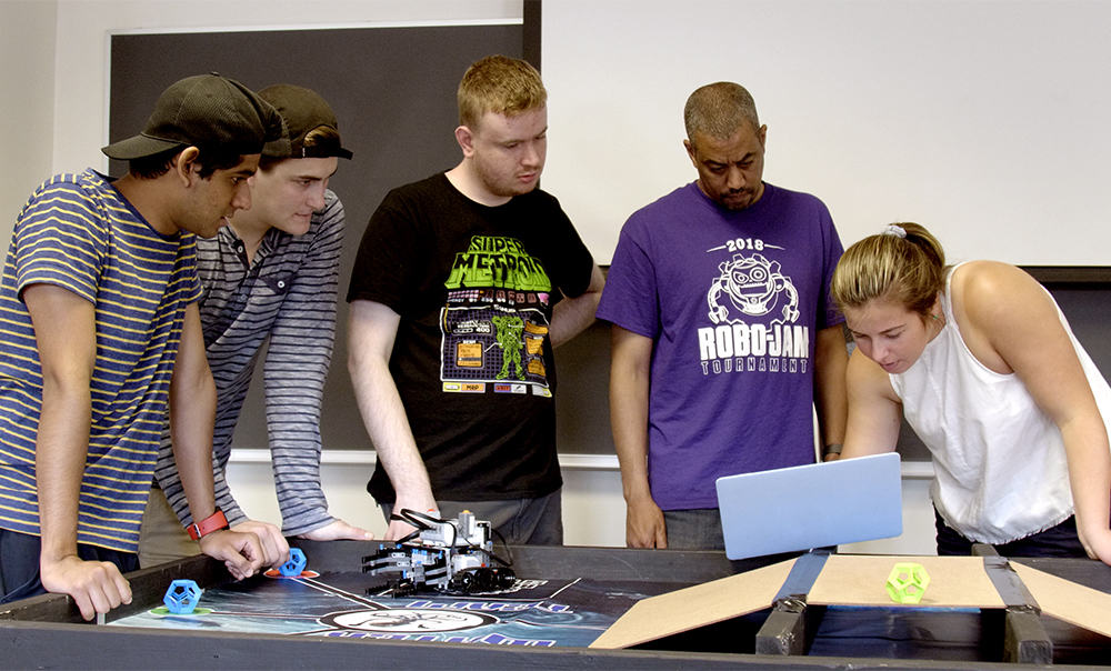 studenst teaching robotics